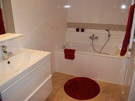 Sprchový kout porazila vana. Majitelce se zdá praktičtější.