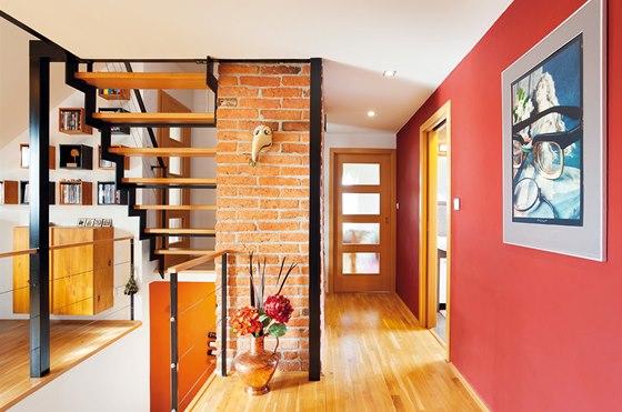 Na galerii se stoupá po ocelovém schodišti s dřevěnými schodnicemi. V úrovni