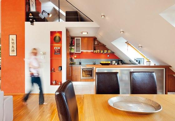 Pohled na galerii nahoře a kuchyni značky Katalpa. Od jídelní části ji odděluje