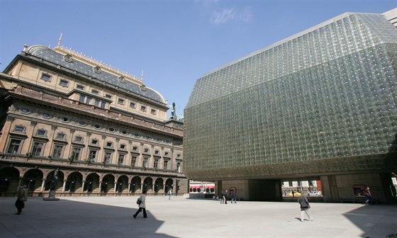Prosklená fasáda Nové scény Národního divadla poskládaná ze skleněných tvárnic...