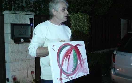 Josef Rychtář ukazuje obraz, který mu manželka Iveta  Bartošová namalovala k...