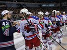 DŮSTOJNÉ LOUČENÍ. Hokejisté pražského Lva (v bílém) zdraví po sedmém finále KHL