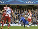 SÁM VOJÁK V POLI. Fernando Torres se  statečně bojuje s obranou Atlétika Madrid.