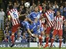 NŮŽKY. Parádní střelou přes hlavu pobavil diváky domácí David Luiz.