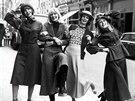Modelky v roce 1974 předvádějí aktuální kolekci. Sukně se značně prodloužily...