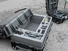 Speciální odolné přepravní kufry. Celkově zařízení váží přes 70 kilogramů.