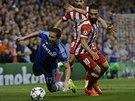 Belgick� z�lo�n�k Eden Hazard z Chelsea pad� po z�kroku Ardy Turana z Atl�tika...