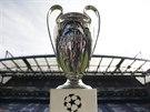 Pohár pro vítěze Ligy mistrů na stadionu Chelsea před zápasem odvety semifinále...