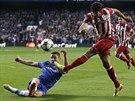 Gary Cahill z Chelsea ve skluzu blokuje střelu Diega Costy z Atlétika Madrid v...
