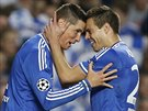 Fernando Torres (vlevo) a Cesar Azpilicueta z Chelsea se raduj� z g�lu v odvet�...