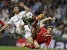Xavi Alonso z Realu Madrid (vlevo) a Thomas Müller z Bayernu Mnichov bojují o míč.