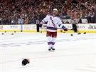Dominic Moore z New York Rangers jen sleduje, jak se na led snáší čepice po...