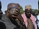 Rodi�e d�vek, kter� unesli �lenov� skupiny Boko Haram, oplak�vaj� sv� ztracen�...