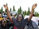 Matky unesen�ch d�vek demonstrovaly v hlavn�m m�st� Nig�rii. Pros�, aby jim...