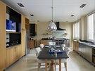 Světlá a praktická kuchyň je na míru navržená studiem Stéphanie Coutasové.
