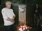 Josef Rycht�� p�ed domem Ivety Barto�ov� v Uh��n�vsi (29. dubna 2014)