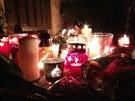 Svíčky, které přinesli lidé před dům Ivety Bartošové (29. dubna 2014).