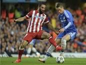 Arda Turan (vlevo) z Atlétika Madrid včas narušuje akci Fernanda Torrese z Chelsea.