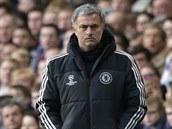 José Mourinho, trenér Chelsea, sleduje pr�b�h semifinálové odvety proti...