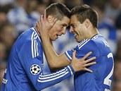 Fernando Torres (vlevo) a Cesar Azpilicueta z Chelsea se radují z gólu v odvetě semifinále Ligy mistrů.