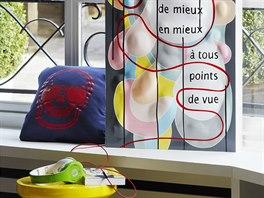 Citát na tabuli, který v překladu zní: Den ode dne se mi daří lépe, v každém...