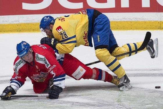 O puk bojují Petr Zámorský (vlevo) a Dick Axelsson.