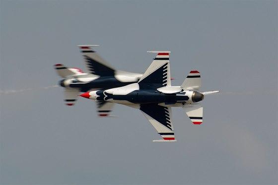 Vystoupení skupiny Thinderbirds na strojích F-16 během letecké show na základně...