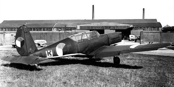 Povstalecké Arado Ar 396 s nouzově namalovanými československými znaky přes německé kříže, výr. č. 460042, kód RT+WL. Areál Avie s továrním letištěm.