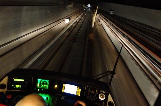 Takto vidí tunel (a světlo stanice na jeho konci) strojvůdce. V tunelu svítí...