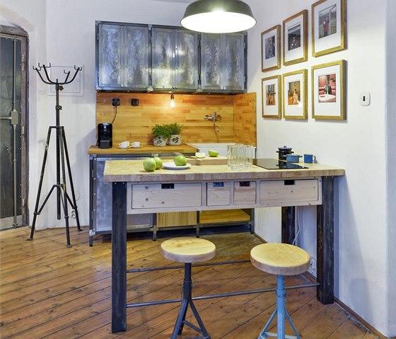 Do kuchyňské sestavy zhotovené z lakované oceli v kombinaci s bukovým dřevem je