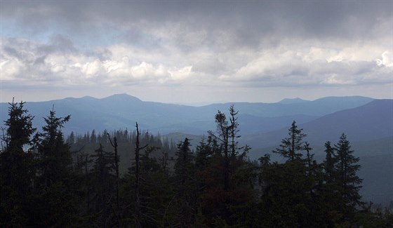 Pohled z Roklanu na Velký Javor (1 456 m) a dvouvrcholový Ostrý (1 273 m)