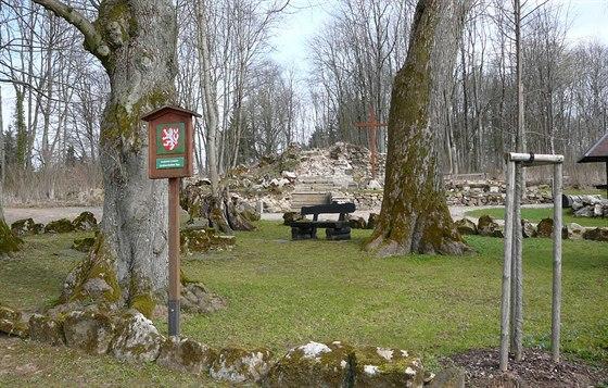 Citlivě upravené rozvaliny kostela sv. Jiří v Lučině