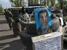 Ruští separatisté střeží příjezdové cesty do Slavjansku (2. května 2014)