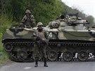 Ukrajinské bezpečnostní síly hlídkují nedaleko Slavjansku (3. května 2014)