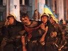 Hasiči odnáší muže zraněného při nepokojích v Oděse (3. května 2014)