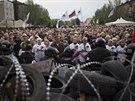 Stoupenci připojení k Rusku truchlí v Doněcku za mrtvé z Oděsy (4. května 2014)