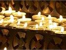 Při Noci kostelů bývají interiéry kostelů a kaplí osvětlené svíčkami.