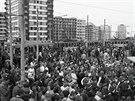 Rozlučkový průvod starých tramvají v den, kdy se Pražané poprvé svezli metrem -...