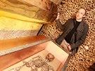Kostnice v Brně vystavuje zrestaurovaná víka barokních rakví. Na snímku znalec...