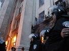 Lidé se snaží uniknout plamenům a kouři v budově odborové organizace v Oděse (2. května)