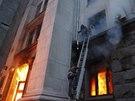 Lidé se snaží uniknout plamenům a kouři v budově odborové organizace v Oděse