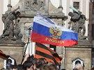 Lidé s sebou přinesli také vlajky stejných barev, nad hlavami přítomných vlály