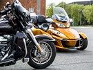 Od sedačky dopředu je Harley Davidson Triglide klasická motorka.
