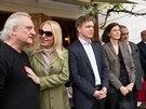 Architekt Bořek Šípek (vlevo) a druhá Havlova manželka Dagmar při odhalování...