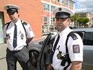 Policisté si památku zesnulé kolegyně připomínají černými stužkami, připnutými...