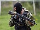 """Proruští ozbrojenci se """"zdobí"""" oranžovočernou svatojiřskou stuhou (2. května..."""