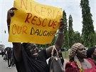 Příbuzní unesených školaček protestují v nigerijské metropoli Abuja a žádají...