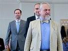 Profesor Zubov přichází do sálu na brněnské Fakultě sociálních studií. Za ním...
