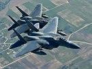 Americké letouny F-15 během hlídkového letu nad Litvou