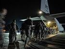 Američtí výsadkáří na základně v italské Vicenze nastupují do transportního...
